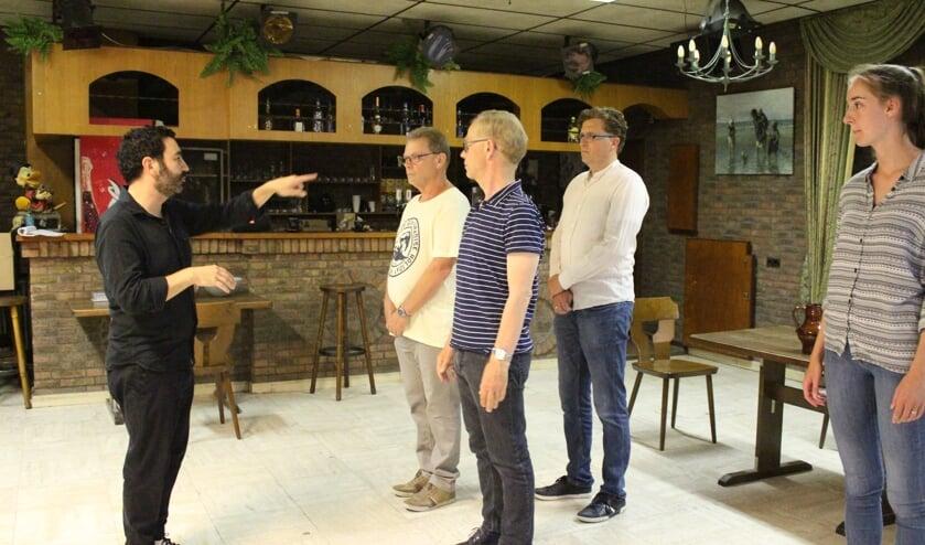 Regisseur Erol Struijk geeft tijdens een repetitieavond aanwijzingen voor het imposante stuk Macbeth van William Shakespeare
