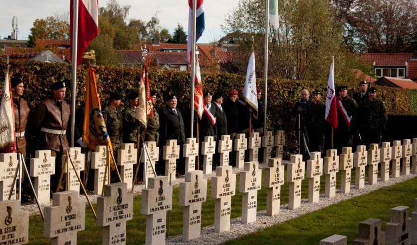 Een foto van tijdens herdenking bij het Pools Militair Ereveld in 2012.