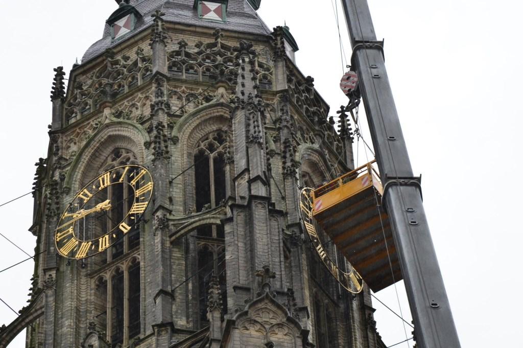 De vier wijzerplaten van de Grote Kerk worden verwijderd voor revisie.  Foto: Perry Roovers / SQ Vision © BredaVandaag
