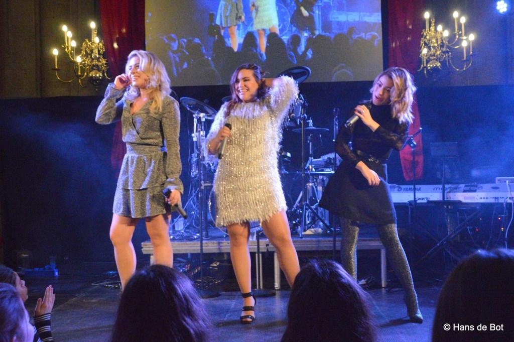 De drie getalenteerde zussen gaven een mini-concert.  Foto: Hans de Bot © Internetbode