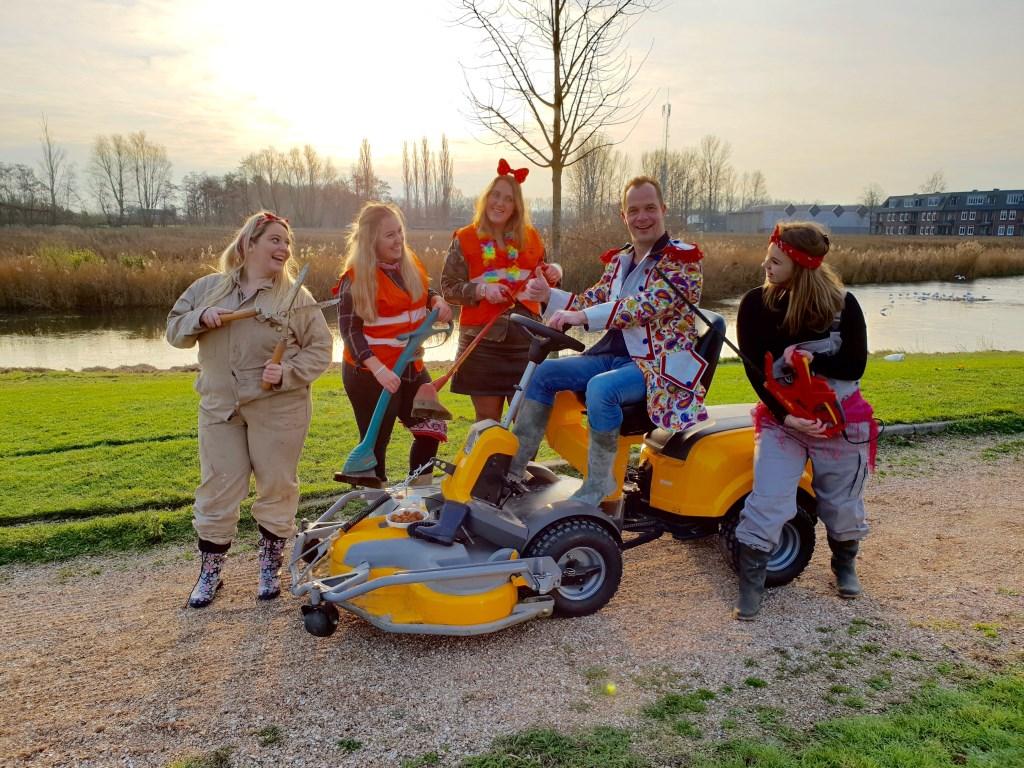 Peter Jongenelen met zijn buurvrouwkes bij zijn nieuwe carnavalskraker Maai W- Heb jij mij al gezien op m'n grasmaaimesjien? Foto: Dutch Music Friends © Internetbode