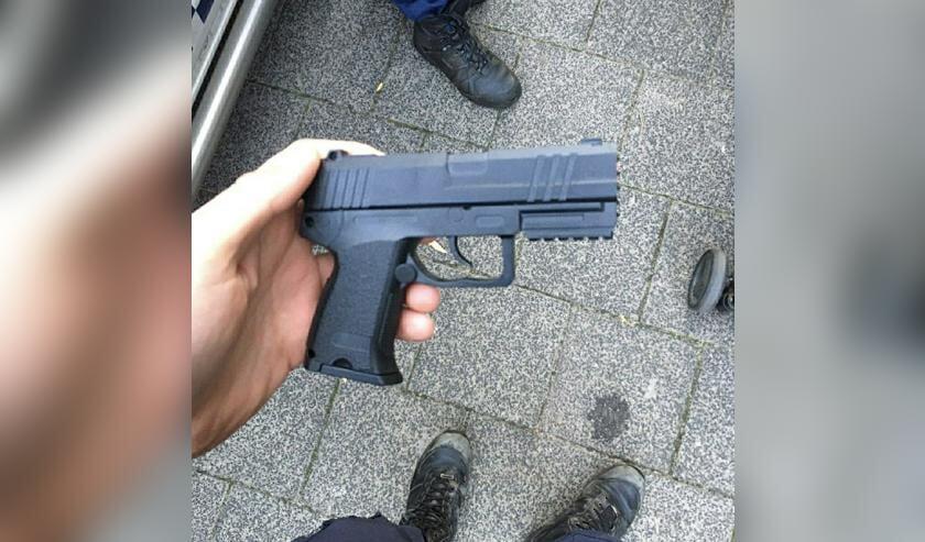 De politie heeft het nepvuurwapen meegenomen.