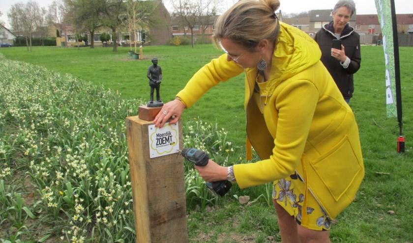 Wethouder Désirée Brummans gaf eerder dit jaar in Langeweg het startschot voor een campagne om de wilde bijenstand in de gemeente Moerdijk een hart onder de riem te steken.