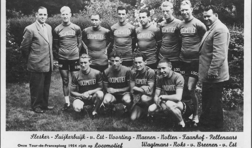 De Nederlandse Tour-ploeg onder leiding van Kees Pellenaars in 1954. In de openingsrit van Amsterdam naar Brasschaat pakte Wout Wagtmans (linksonder zittend) direct de zege en het geel.