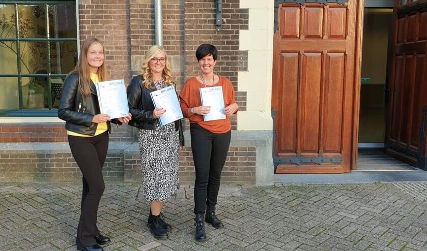Van links naar rechts: Nienke van Vossen, Jirsca Vroegop en Imanda van Vossen. FOTO MARIT VAN WINKELEN