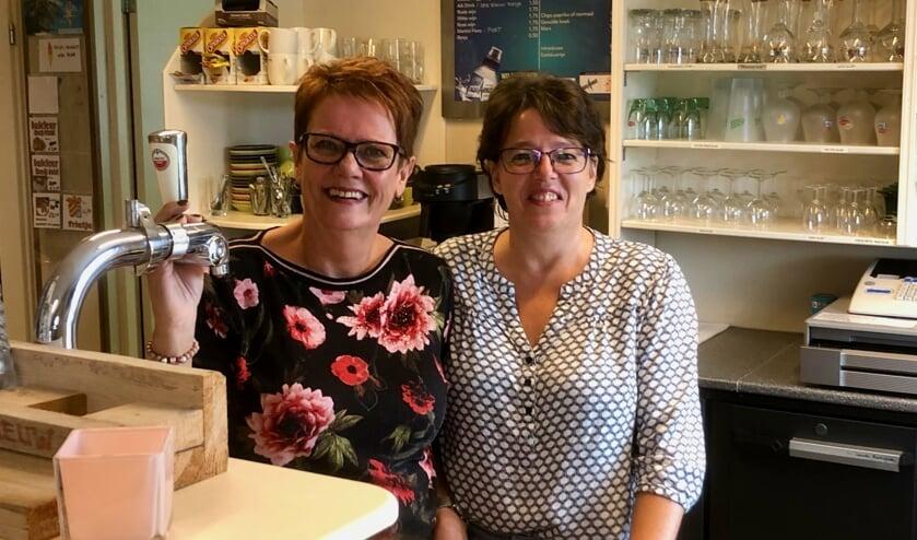 De kantine is dé kracht van de vereniging vinden Jolanda Schoonen (links) en Adriënne Geldtmeijer.     Foto: Johan Wagenmakers