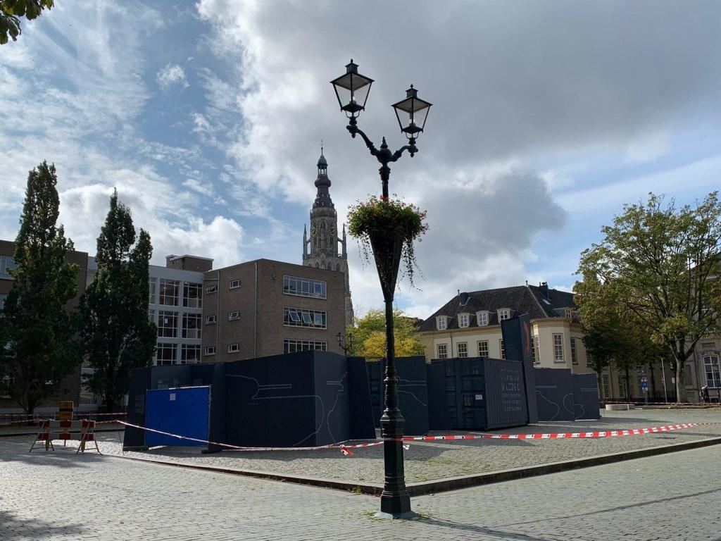 De grote grijze schermen zijn voor een tentoonstelling in het kader van 75 jaar bevrijding.  Foto: Wesley van der Linde/GroenNieuws.nl © BredaVandaag