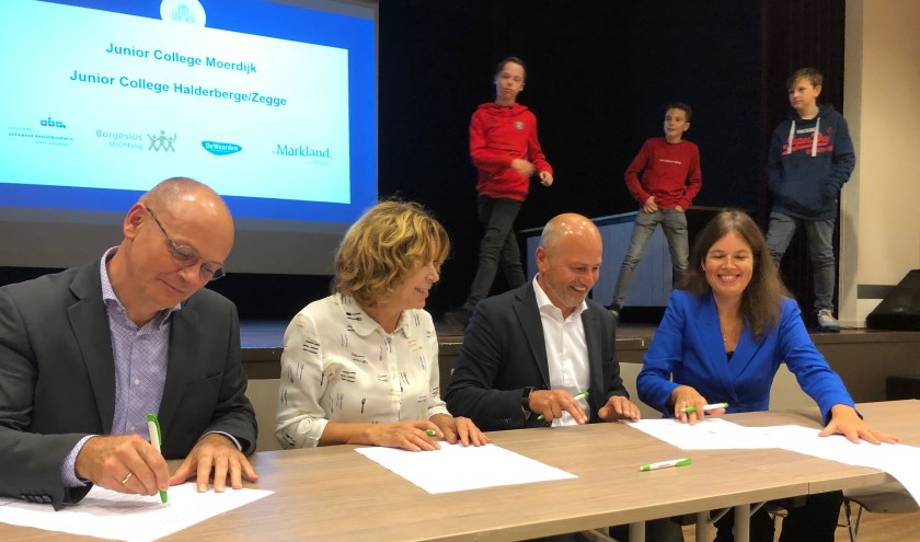 De ondertekening van de intentieverklaring door de bestuurders van de vier partijen. FOTO JOHAN WAGENMAKERS
