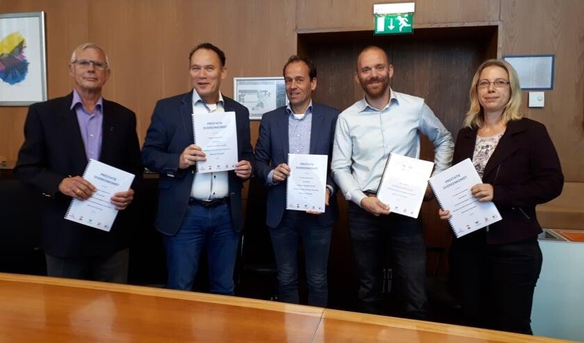 Wim Rombouts van Huurdersbelangen Zeeuwland, Jan Leo van Deemter van l'escaut, Marco van der Wel van Zeeuwland, wethouder Sem Stroosnijder en Ank Muller van Huurdersvereniging l'escaut (vlnr) met de nieuwe afspraken.