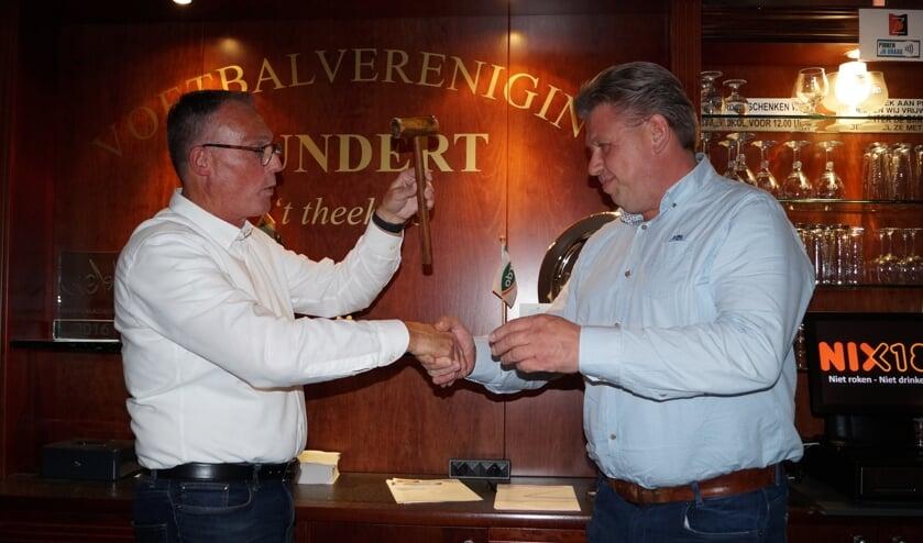 Fred Verheijen (links) draagt de voorzittershamer van VV Zundert over aan Sacha Gommers.