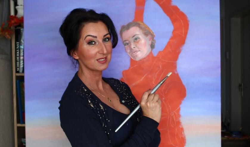 Suzana Jovanovic bij haar nieuwe werk, dat ook te zien is tijdens de expositie in Kasteel Ravenhof. FOTO WILLY VERLENT