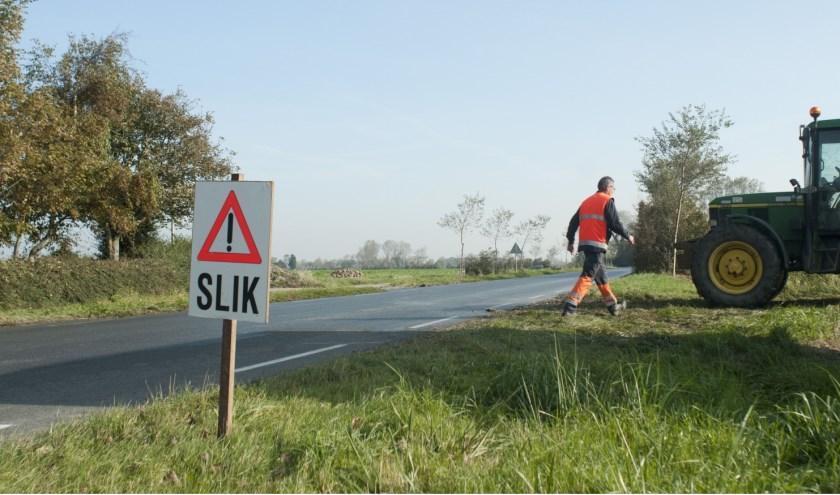 Het waterschap attendeert weggebruikers in deze periode van het jaar op slik op de weg.