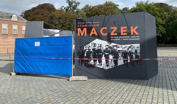 De grijze schermen zijn voor een tentoonstelling in het kader van 75 jaar bevrijding. Foto: Wesley van der Linde/GroenNieuws.nl © BredaVandaag