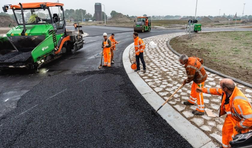 De nieuwe wegen naar de nieuwe rotonde worden geasfalteerd.