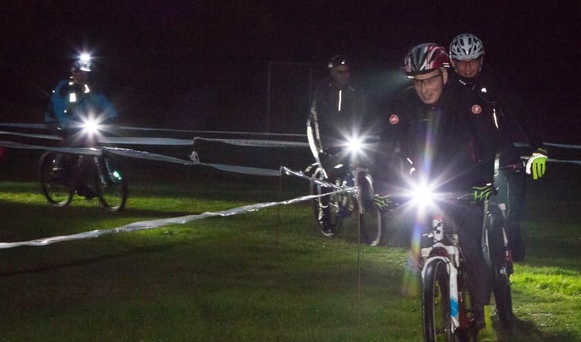 Mountainbike toertocht in het donker.