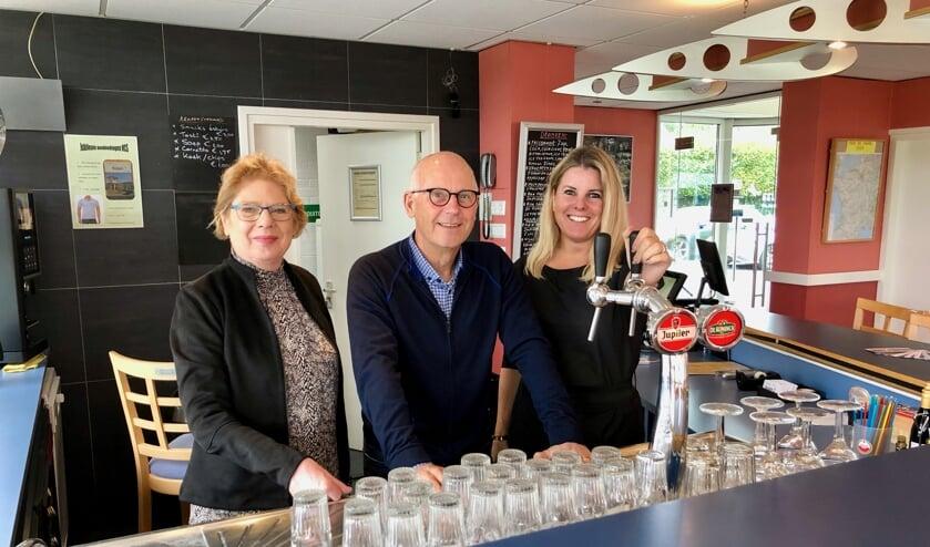 Lia Damen, Peter van de Zande en Annemieke Koremans vormen de barcommissie van VCS. FOTO JOHAN WAGENMAKERS