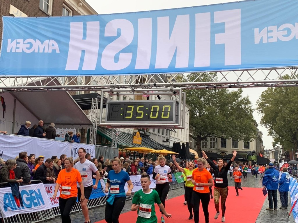 De deelnemers komen vol blijdschap over de finish.  Foto: Wesley van der Linde/GroenNieuws.nl © BredaVandaag