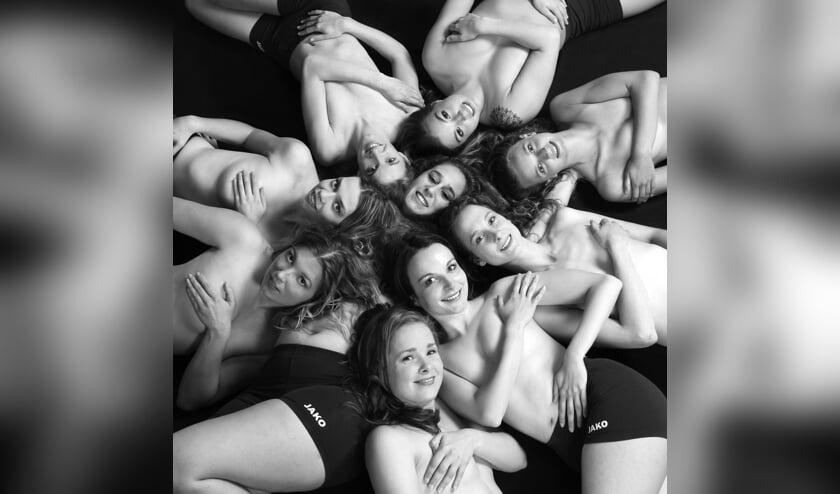 De dames van ZUVO geven zich bloot voor de naaktkalender. Over het resultaat zijn ze meer dan tevreden.