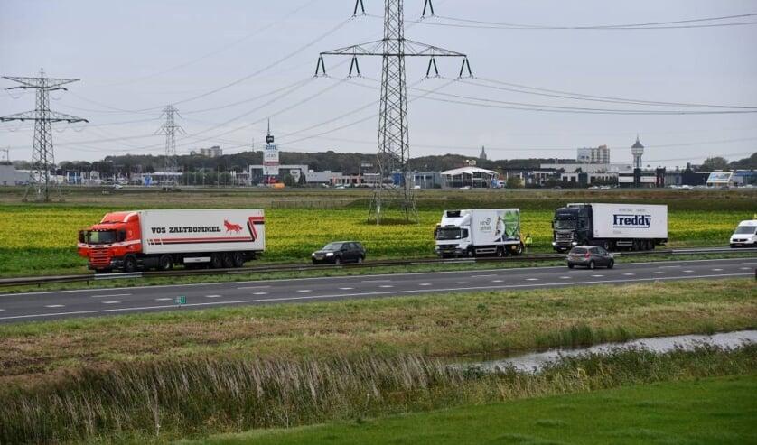 Een van de vrachtwagens moest weggesleept worden.