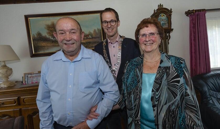 Vrolijke gezichten bij het echtpaar  Kools-Woestenberg en locoburgemeester Martien de Bruijn.
