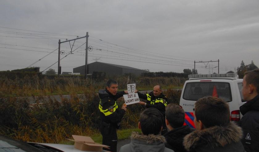 Politieagenten lichten de actie toe aan de scholieren.