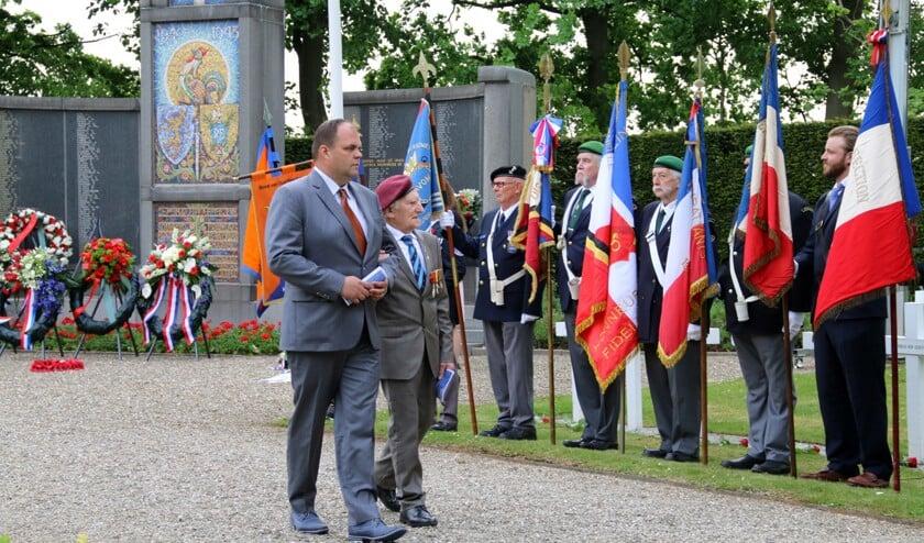 Maurice le Noury en Andries Looijen tijdens de Franse herdenking. De veteraan is in januari op 97-jarige leeftijd overleden.
