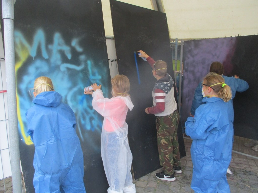 De jongeren konden hun creativiteit de vrije loop laten gaan.  Foto: Ties Steehouwer © Internetbode