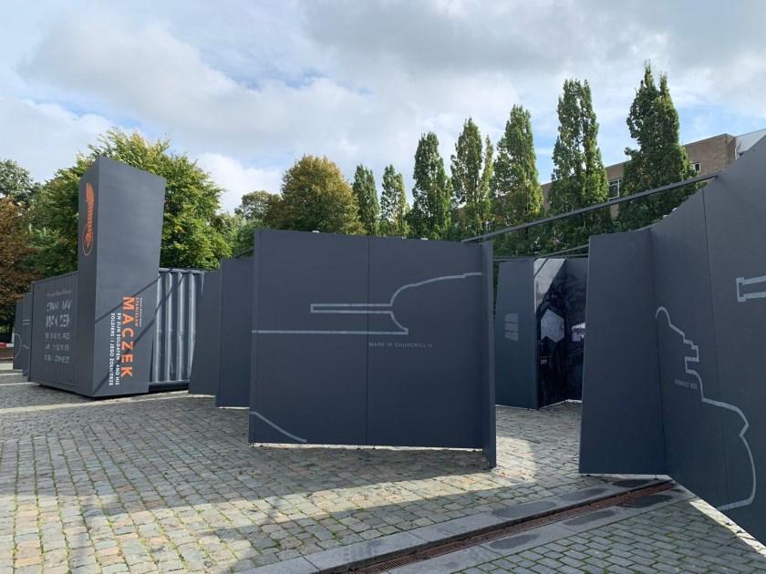 De grijze schermen zijn voor een tentoonstelling in het kader van 75 jaar bevrijding.