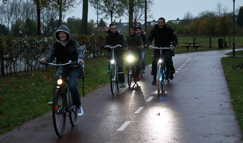 Jongeren fietsen 's ochtends soms nog in het donker naar school.