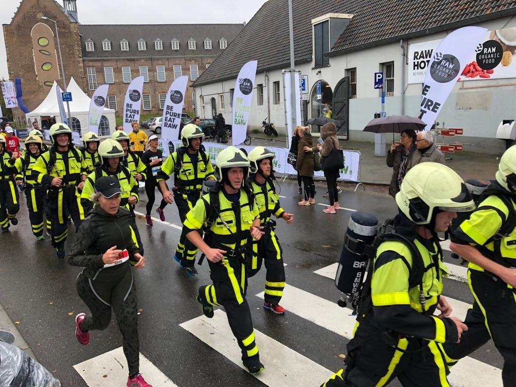 De brandweer mannen rennen in uitrusting van vijftien kilo.  Foto: Wijnand Nijs © BredaVandaag