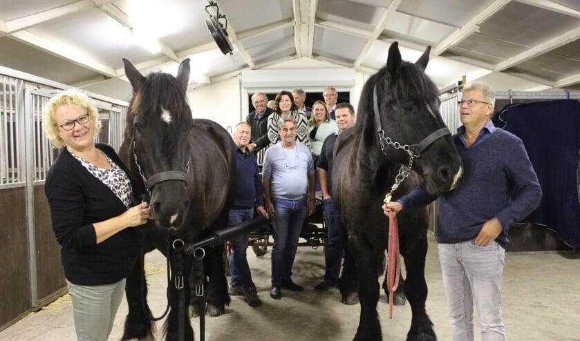 De trekpaarden Chloé (links) en Caroline met hun werkgroep in voorbereiding op de wedstrijd.