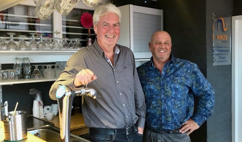 Tom Franken en Johan Mol zijn verantwoordelijk voor het bargedeelte van Tennisvereniging Stampersgat.      Foto: Johan Wagenmakers