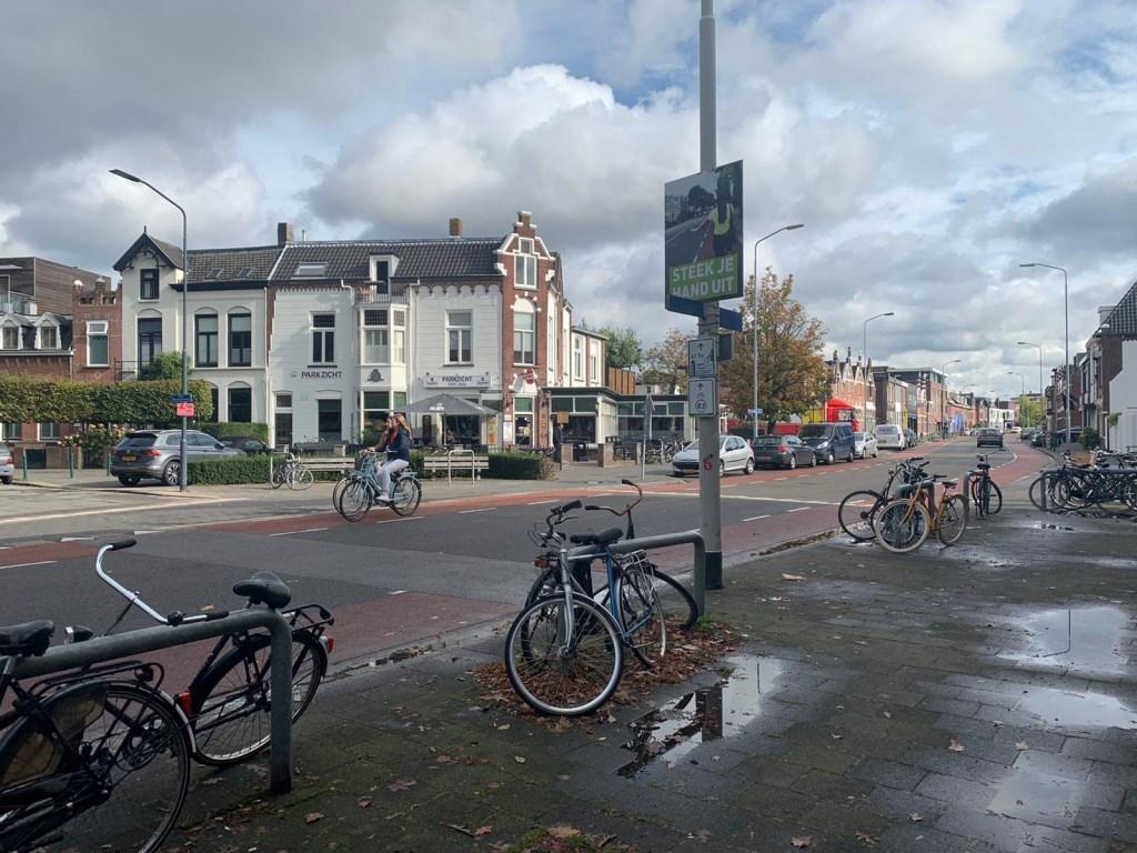 Op het kruispunt hangt een bord over het uitsteken van de hand.  Foto: Wesley van der Linde/GroenNieuws.nl © BredaVandaag