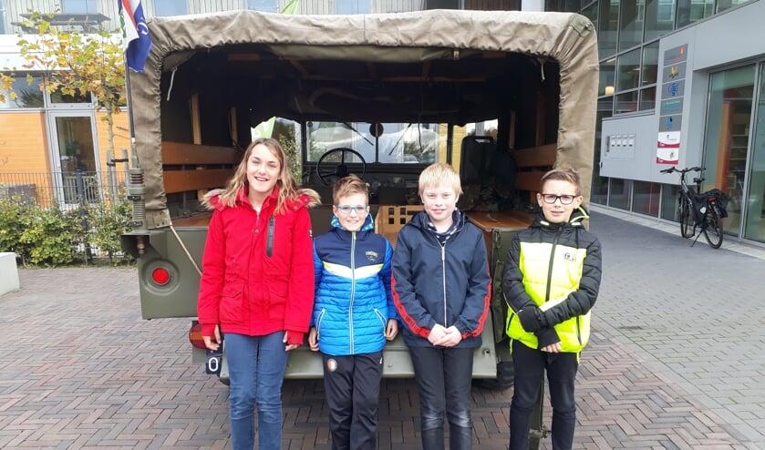 Kapelse kinderen bij het legervoertuig waarmee de lunch is gebracht.