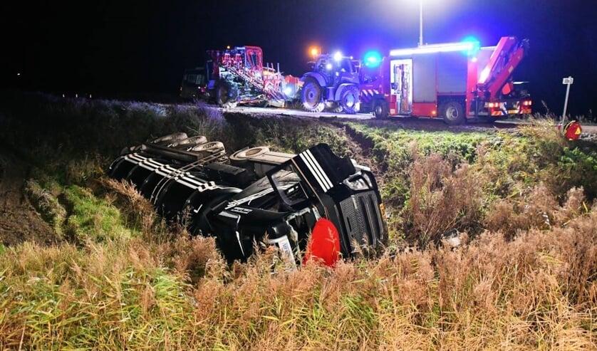 De vrachtwagen belandde op zijn kant.