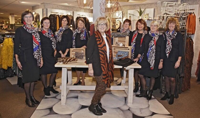 De gastvrouwen in hun nieuwe outfit met Els van Ravels in hun midden. FOTO HUMPHREY HEKHUIZEN