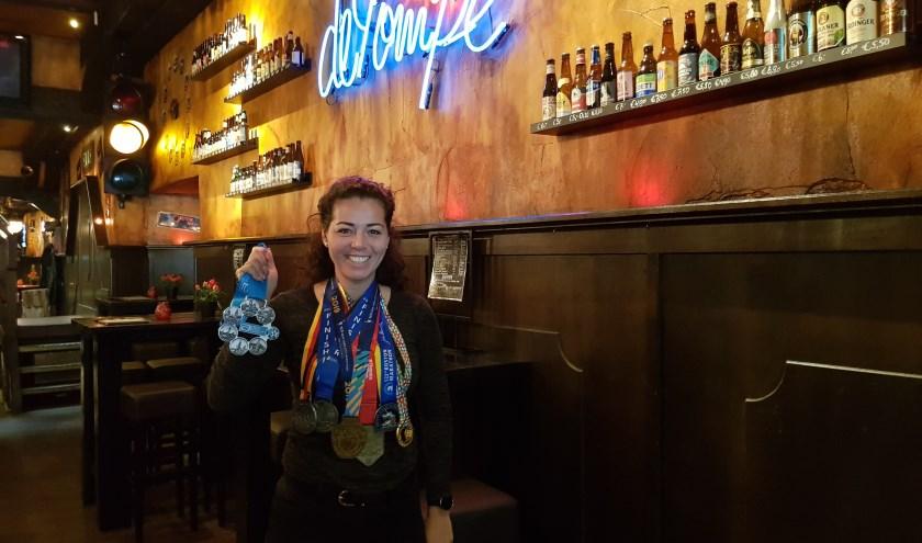 Roxanne Machielse met de medailles van de Big Six en de speciale medaille die ze na New York kreeg. FOTO EUGÈNE DE KOK .