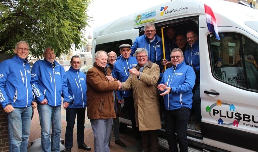 Het team chauffeurs van de PlusBus in Steenbergen krijgt de sleutel van Adri van der Hoeven voor de nieuwe bus.