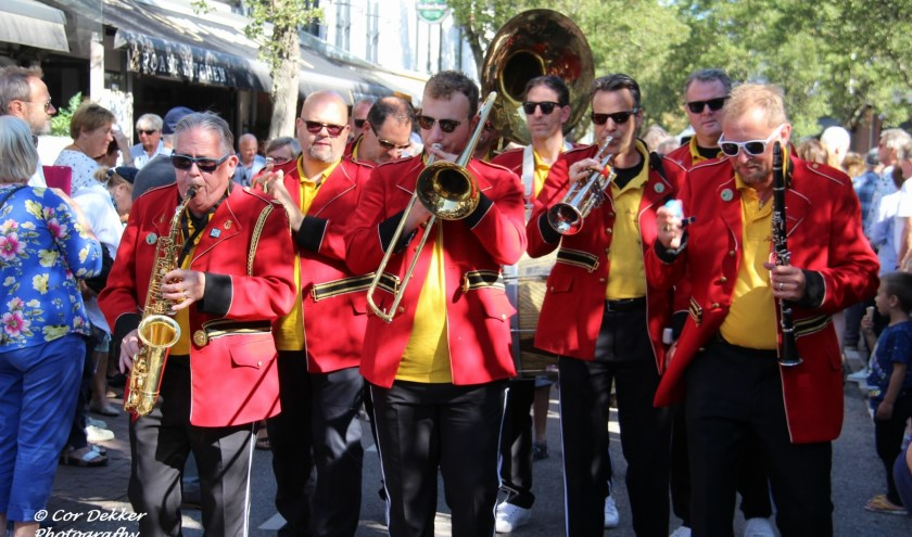 De Red Jackets tijdens de streetparade op Jazz by the Sea in Domburg. Foto Cor Dekkers