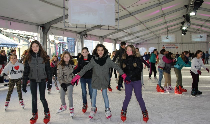 Dit jaar is de schaatsbaan voor het eerst overdekt.