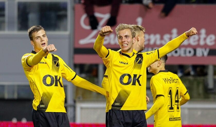 NAC in een wedstrijd tegen FC Emmen.