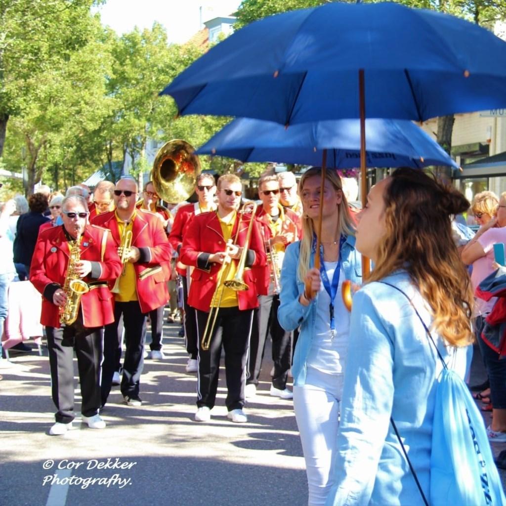 De Red Jackets tijdens de streetparade op Jazz by the Sea in Domburg. Foto Cor Dekkers Foto: Cor Dekkers © Internetbode