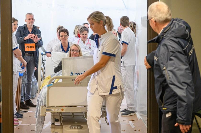 De eerste patiënten worden naar binnen gebracht.