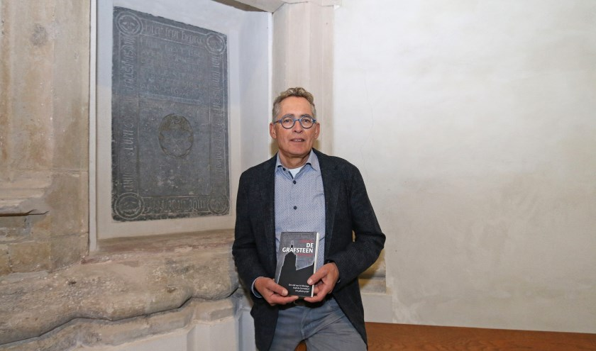 Peter de Boevere bij de grafsteen, die de basis vormde voor zijn nieuwe thriller. FOTO COBY WEIJERS