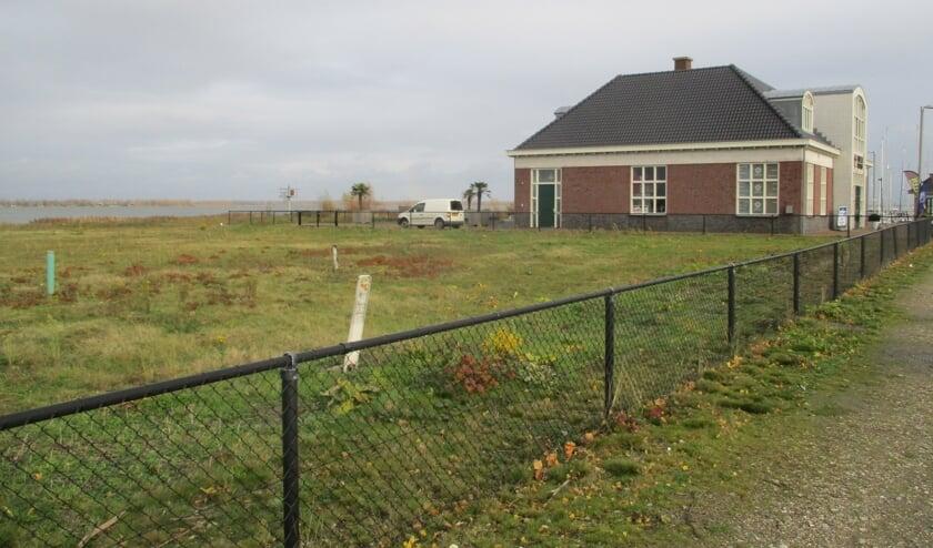 Het terrein naast de jachthaven en Van Bellen Wind & Snow ligt al jaren braak. FOTO TIES STEEHOUWER