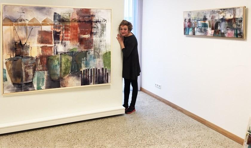 Agnes den Hartogh tussen haar werken.