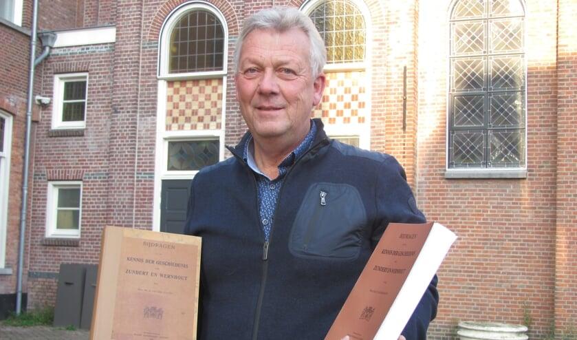Toon van den Berg met het originele exemplaar van het boek over de historie van Zundert en Wernhout  (links) en een dummy van de heruitgave (rechts).