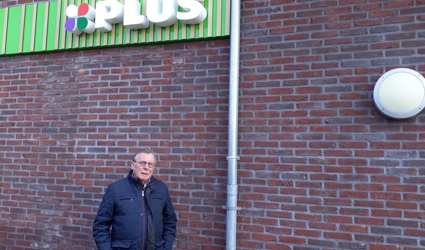 Eigenaar André van der Hoofd bij zijn PLUS.