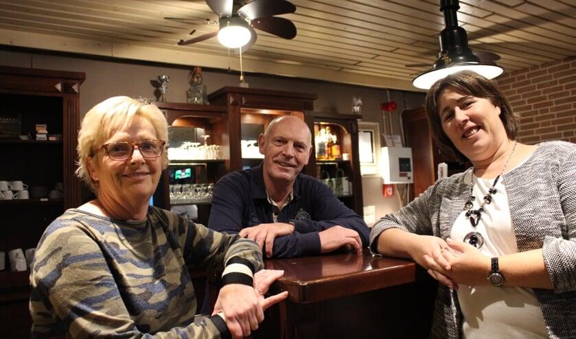 Loes van Herel, Piet de Jong en Anouschka van der Wulp in Dorpshuis De Stelle in De Heen.