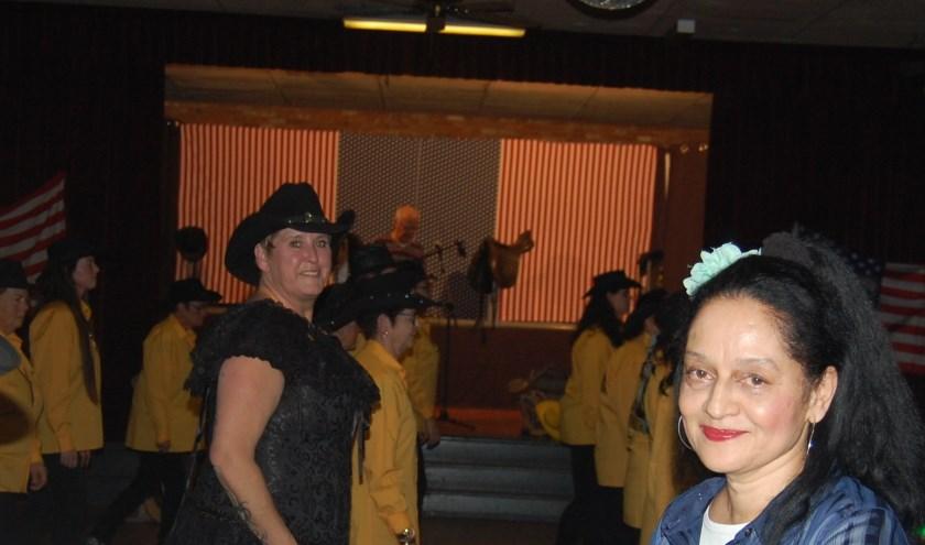 Zangeres Maureen met The City Line Dancers op de achtergrond.